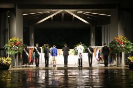 加盟教団の青年が整列し、宮本委員長の先導で黙祷
