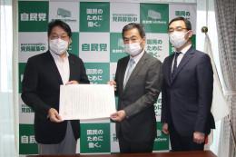 小野寺本部長��に意見書を手渡す鈴木委員長��と力久副委員長��